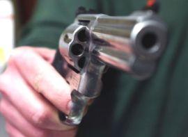 20060124 - ROMA - POL - LEGITTIMA DIFESA: ECCO COSA PREVEDE LA NUOVA LEGGE - SEMPRE PROPORZIONATA REAZIONE DI CHI E' AGGREDITO IN CASA - Un'immagine d'archivio che mostra un uomo che impugna una pistola. Chi, trovandosi in casa propria o nel luogo di lavoro, si sente aggredito o minacciato, o crede minacciati e aggrediti i beni che gli appartengono, puo' reagire come crede, utilizzando le armi ''legittimamente detenute'' ed anche uccidendo, perche' la sua reazione sara' sempre considerata ''proporzionata'': in sintesi, e' quanto prevede la legge sulla legittima difesa che e' stata approvata definitivamente dalla Camera.    FRANCO SILVI/ANSA-ARCHIVIO/TO